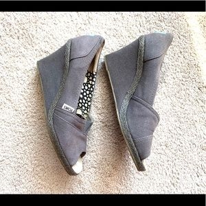 < Grey Toms Wedges >